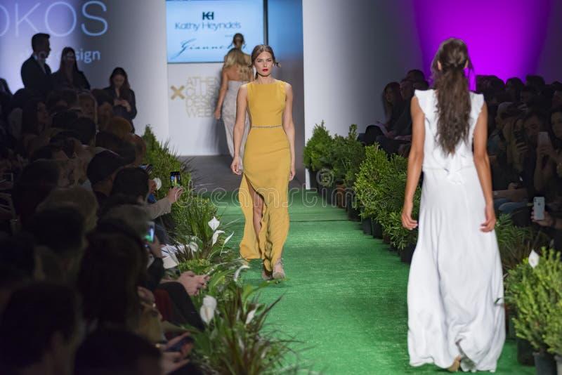 Στενός διάδρομος προτύπων στη επίδειξη μόδας στοκ φωτογραφίες