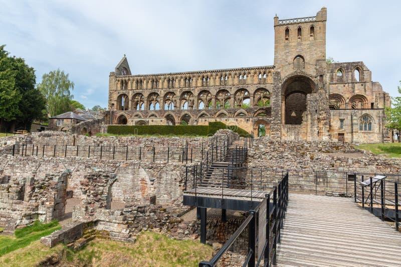 Στενός διάδρομος στις καταστροφές του αβαείου Jedburgh στα σκωτσέζικα σύνορα στοκ εικόνα με δικαίωμα ελεύθερης χρήσης