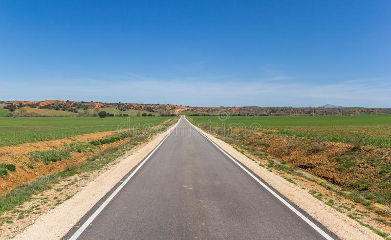 Στενός δρόμος στην Καστίλλη Υ Leon κοντά σε Ayllon στοκ εικόνες