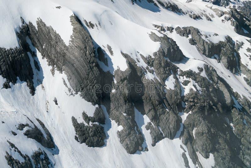 Στενός επάνω βράχου χειμερινών χιονισμένος βουνών στοκ εικόνα