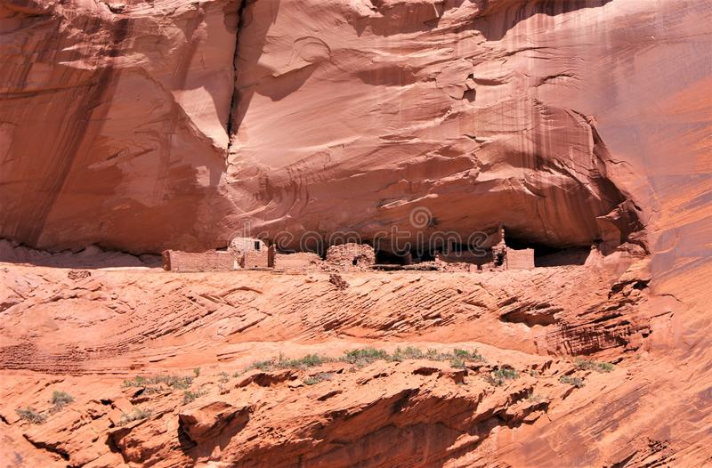 Στενός επάνω κατοικιών μέσα στον τοποθετημένο στο κρεβάτι σταυρός ψαμμίτη οξειδίων σιδήρου στοκ φωτογραφία