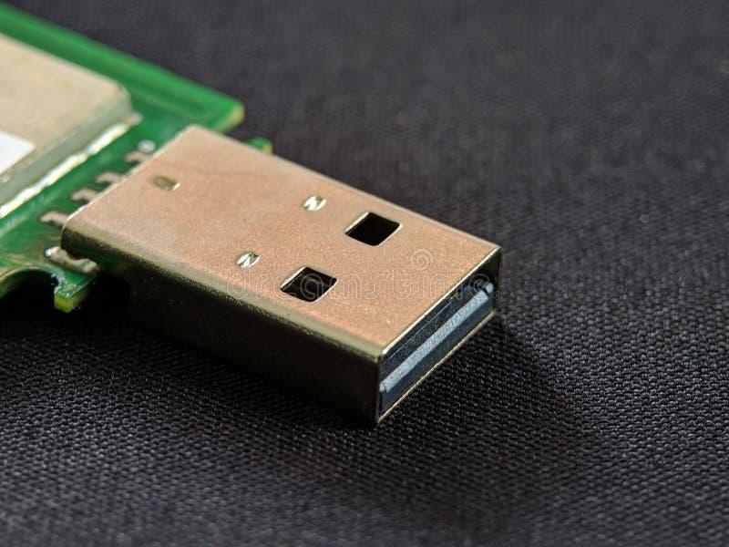Στενός επάνω λεωφορείων USB καθολικός τμηματικός στη μαύρη σύσταση σκηνικού στοκ φωτογραφία με δικαίωμα ελεύθερης χρήσης