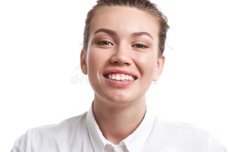 Στενός επάνω πορτρέτου της νέας όμορφης γυναίκας που απομονώνεται στοκ εικόνες