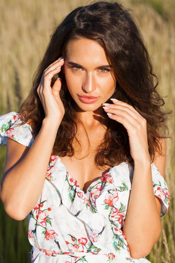 Στενός επάνω πορτρέτου της νέας όμορφης γυναίκας brunette στοκ εικόνες