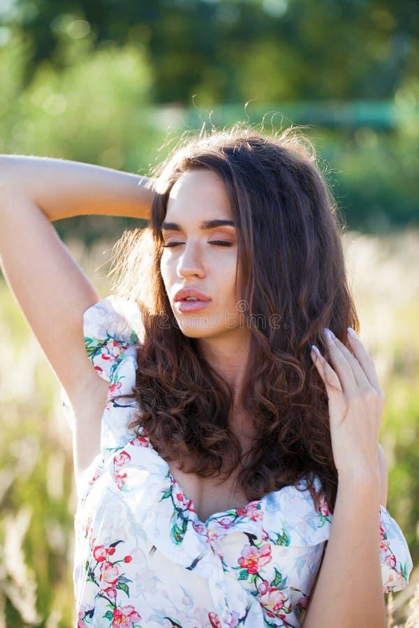 Στενός επάνω πορτρέτου της νέας όμορφης γυναίκας brunette στοκ φωτογραφία με δικαίωμα ελεύθερης χρήσης