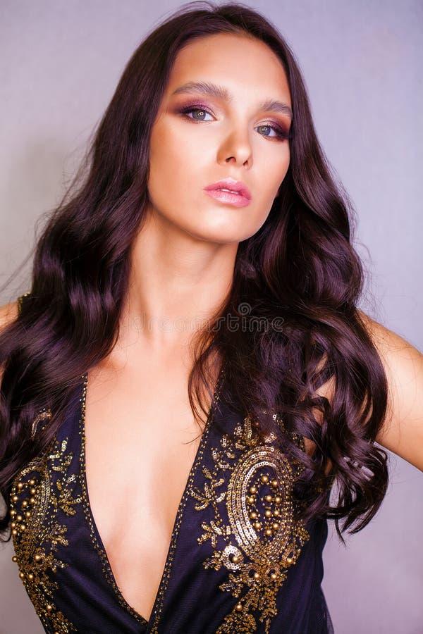 Στενός επάνω πορτρέτου της νέας όμορφης γυναίκας brunette στο μαύρο dre στοκ φωτογραφία με δικαίωμα ελεύθερης χρήσης