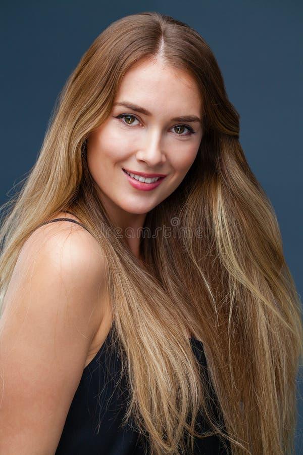 Στενός επάνω πορτρέτου της νέας όμορφης ξανθής γυναίκας στοκ εικόνες