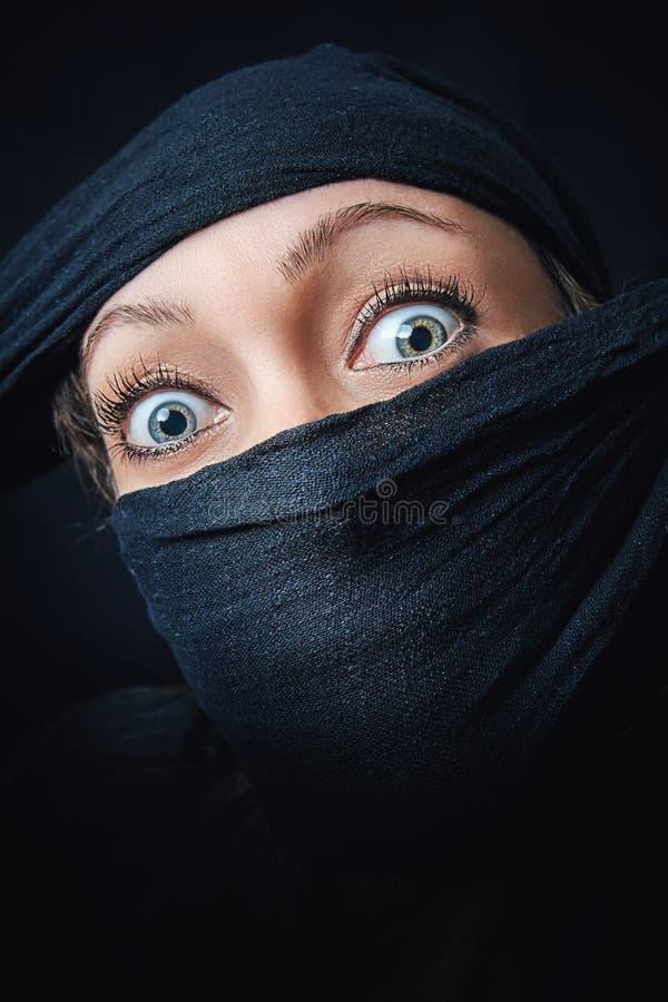 Στενός επάνω προσώπου γυναικών με μόνο τα μάτια ορατά στοκ φωτογραφίες με δικαίωμα ελεύθερης χρήσης