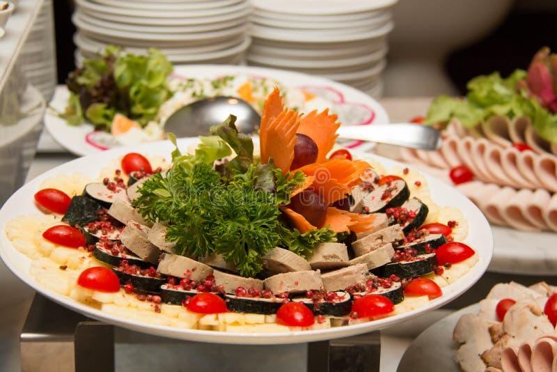 Στενός επάνω σαλάτας με τις ντομάτες, ελιές στοκ εικόνα με δικαίωμα ελεύθερης χρήσης