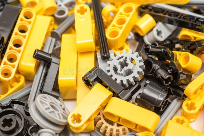 Στενός επάνω σωρών κομματιών Lego τεχνικός στοκ εικόνες