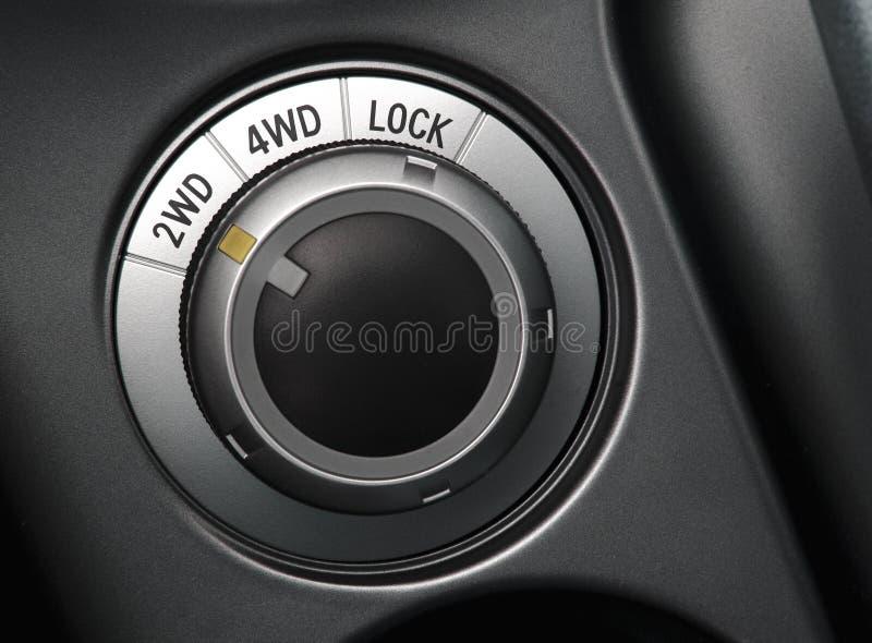 στενός επιλογέας ρυθμιστή ελέγχου αυτοκινήτων επάνω στη ρόδα στοκ φωτογραφίες