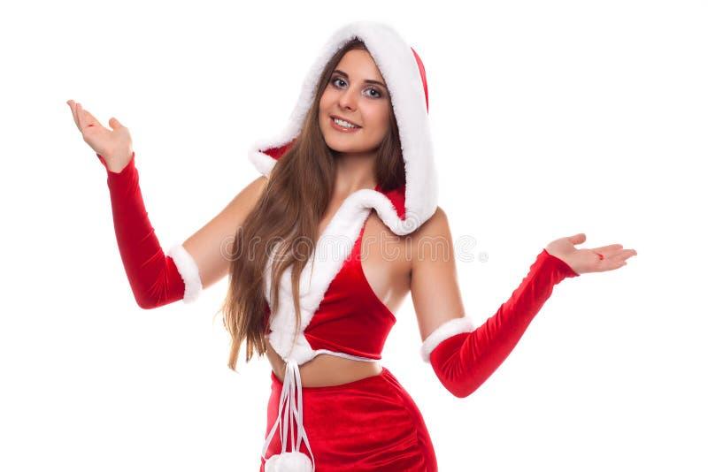 στενός κόκκινος χρόνος Χριστουγέννων ανασκόπησης επάνω Αρκετά θηλυκός φορώντας το καπέλο Άγιου Βασίλη στο άσπρο β στοκ φωτογραφία