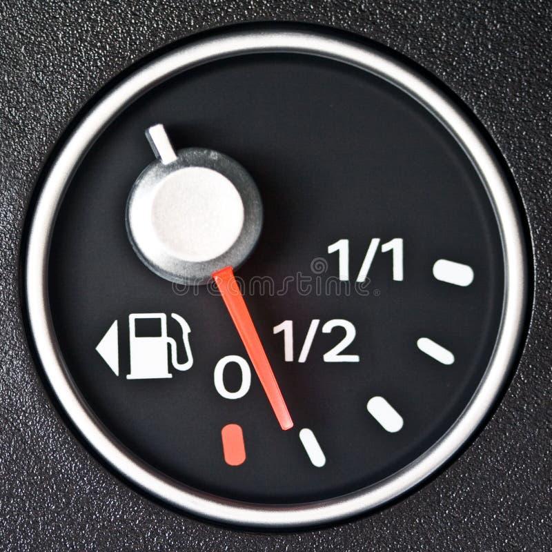 στενός μετρητής καυσίμων αυτοκινήτων επάνω στοκ φωτογραφία με δικαίωμα ελεύθερης χρήσης