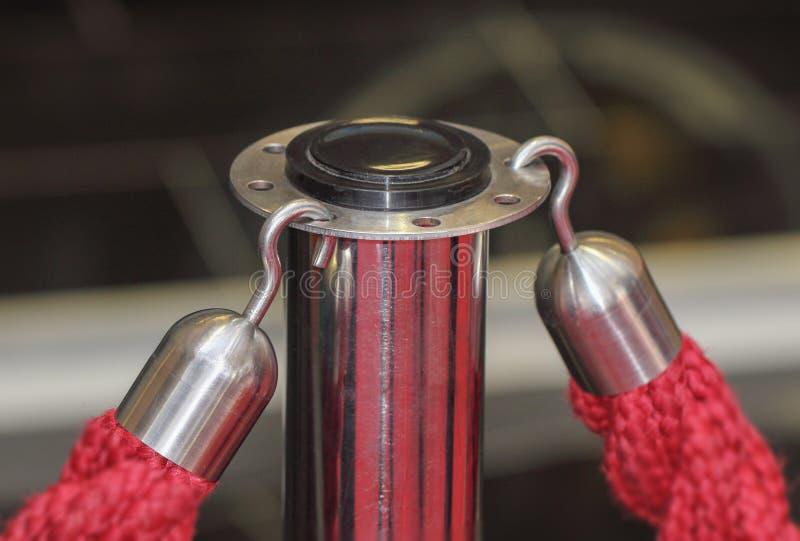Στενός ο επάνω των γάντζων που φέρνουν τα κόκκινα σχοινιά εμποδίων εισόδων στοκ φωτογραφίες