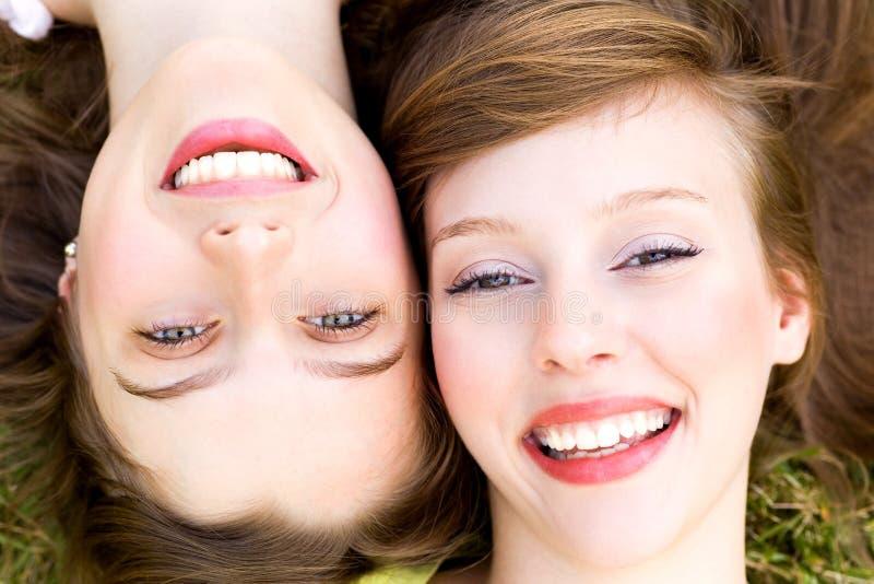 στενός χαμογελώντας δύο &e στοκ εικόνα με δικαίωμα ελεύθερης χρήσης
