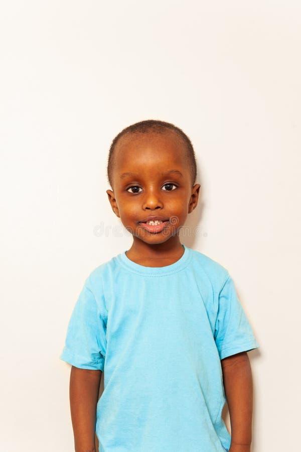 Στενό απλό πορτρέτο λίγου μαύρου χαμόγελου αγοριών στοκ εικόνες