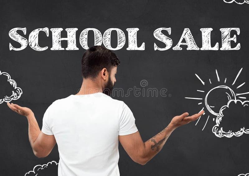Στενό επάνω πορτρέτο μισό-μήκους του νεαρού άνδρα, σχολική πώληση στοκ φωτογραφία με δικαίωμα ελεύθερης χρήσης