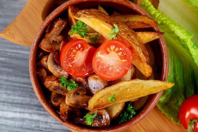 Στενό επάνω champignon ξεφυτρώνει με ψημένες τη φούρνος πατάτα και την ντομάτα στοκ εικόνες με δικαίωμα ελεύθερης χρήσης