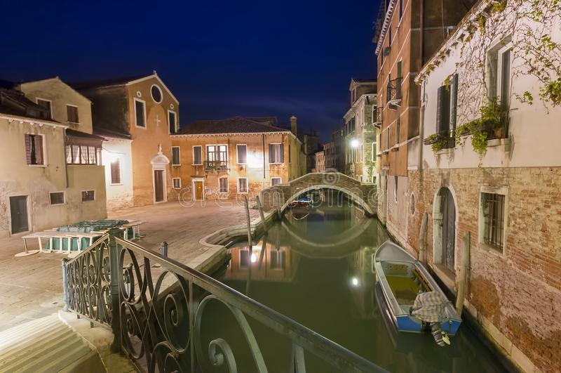 Στενό κανάλι στην πόλη της Βενετίας στοκ φωτογραφία