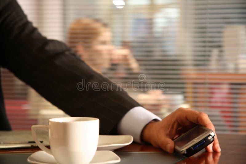 στενό κινητό σύγχρονο τηλέφωνο ατόμων εκμετάλλευσης επάνω στοκ εικόνα με δικαίωμα ελεύθερης χρήσης