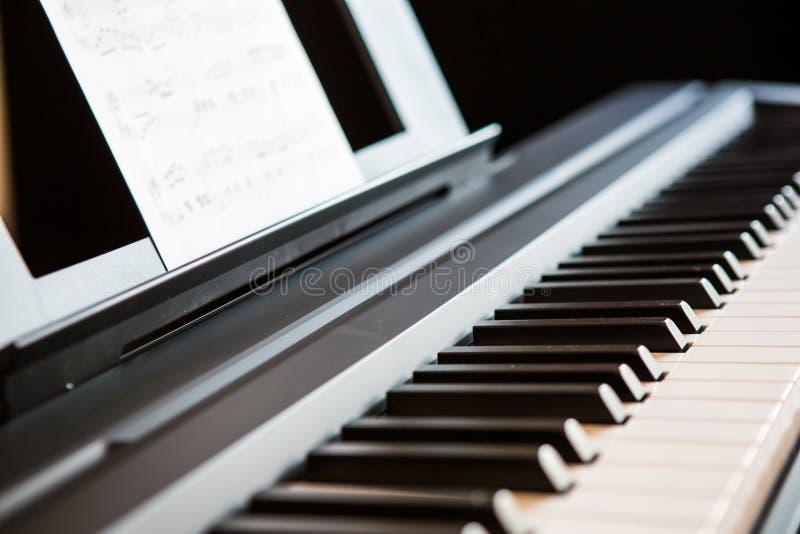 στενό πιάνο πλήκτρων επάνω στοκ εικόνα με δικαίωμα ελεύθερης χρήσης