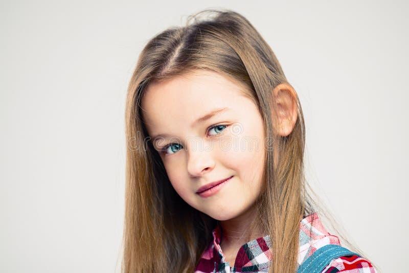 Στενό πορτρέτο ενός μικρού κοριτσιού όμορφο παιδί με τα μπλε μάτια στοκ εικόνα