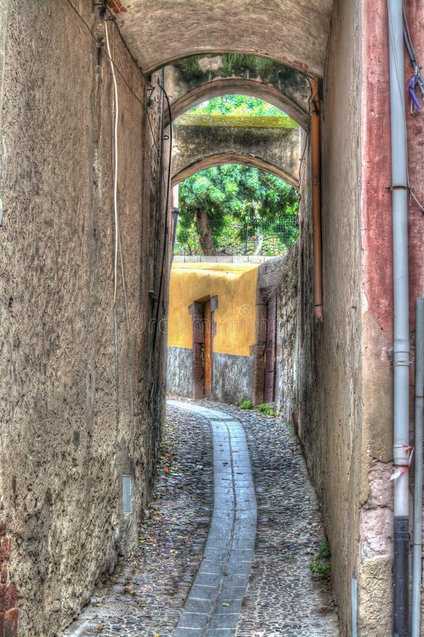 Στενό backstreet σε Bosa, Ιταλία στοκ εικόνες
