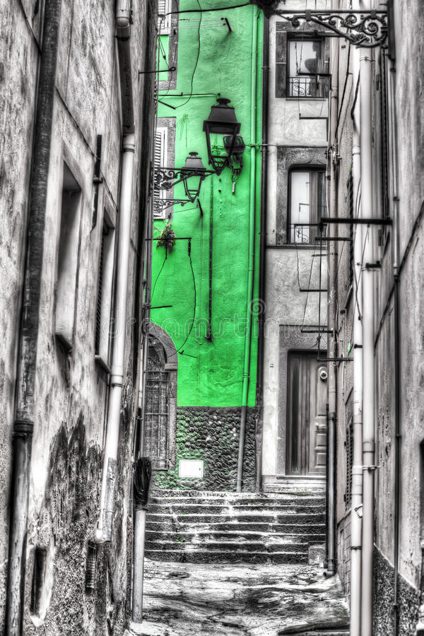 Στενό backstreet στην παλαιά πόλη Bosa στον εκλεκτικό αποκορεσμό στοκ φωτογραφία με δικαίωμα ελεύθερης χρήσης