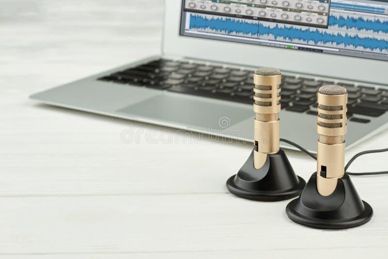 Στερεοφωνικά μικρόφωνα και lap-top οργάνων καταγραφής στοκ φωτογραφία