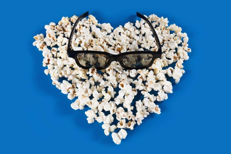 Στερεοφωνικές γυαλιά και Popcorn καρδιά στοκ εικόνες