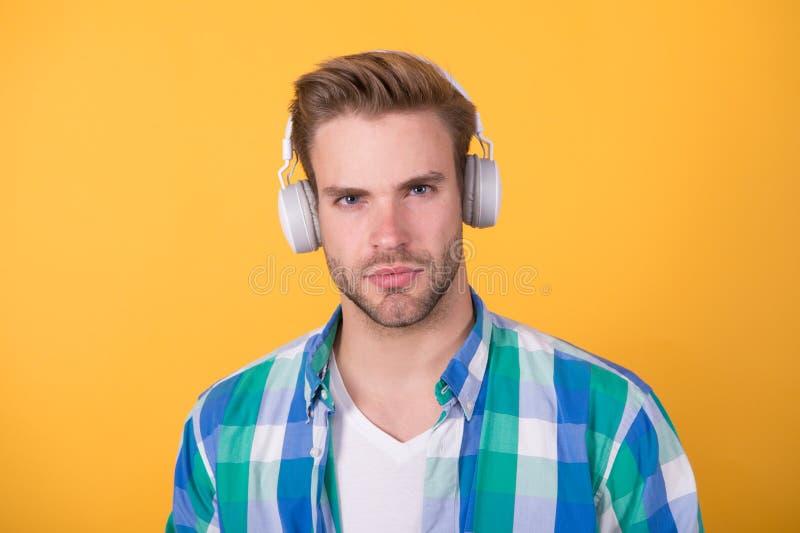 Στερεοφωνικός ήχος Hipster, μουσική Μουσική γεύση Άντρας με ακουστικά Συσκευή αναπαραγωγής Mp3 Εκπαιδευτικό βιβλίο ήχου Σύγχρονη  στοκ εικόνες