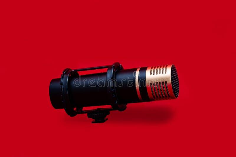 Στερεοφωνικό μικρόφωνο στο κόκκινο υπόβαθρο στοκ εικόνες