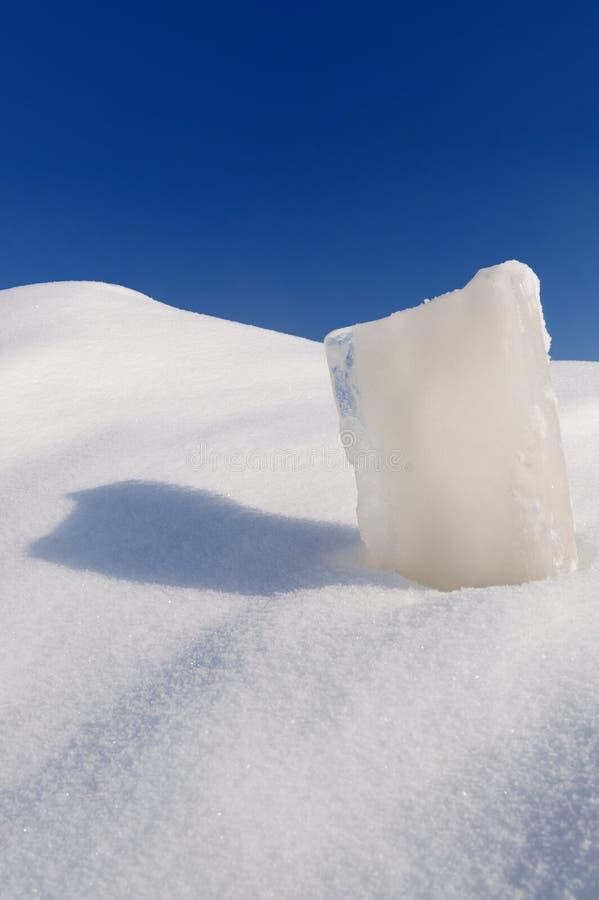 Στερεός κύβος πάγου, snowdrift και ασυννέφιαστος μπλε ουρανός στοκ φωτογραφία με δικαίωμα ελεύθερης χρήσης