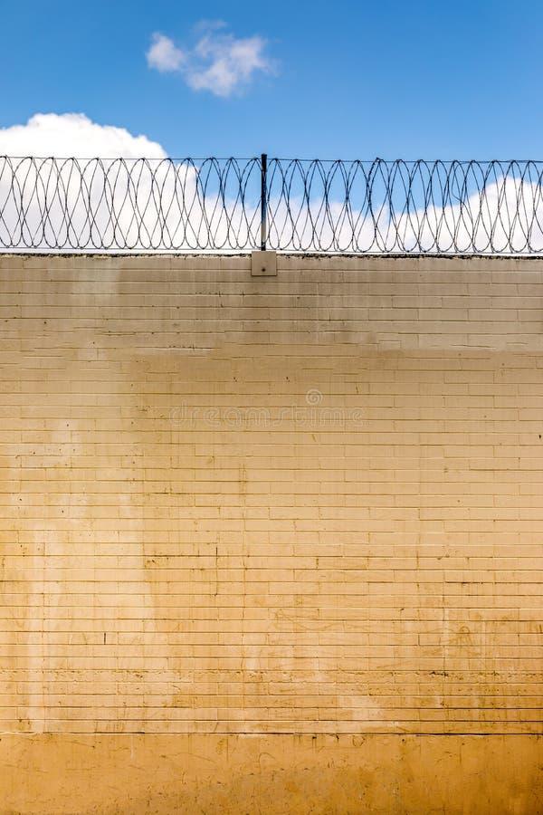 Στερεός τοίχος οικότροφων με το καλώδιο ξυραφιών στοκ φωτογραφία με δικαίωμα ελεύθερης χρήσης
