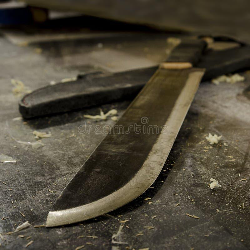 Στερεό χέρι χάλυβα - γίνοντα μεγάλο μαχαίρι στο λειτουργώντας γραφείο στοκ εικόνα με δικαίωμα ελεύθερης χρήσης