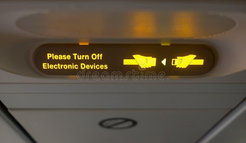 Στερεώστε το σημάδι ζωνών ασφαλείας στα αεροσκάφη στοκ φωτογραφίες με δικαίωμα ελεύθερης χρήσης