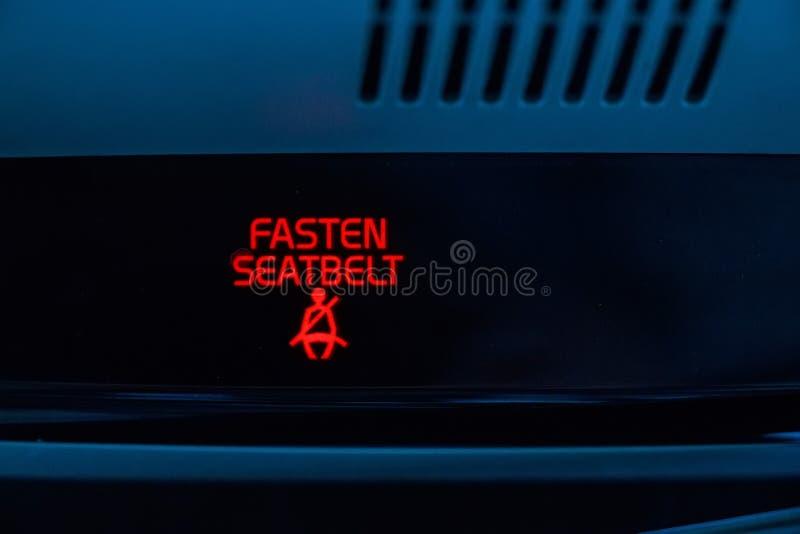 Στερεώστε το σημάδι ζωνών ασφαλείας στο αυτοκίνητο στοκ φωτογραφία