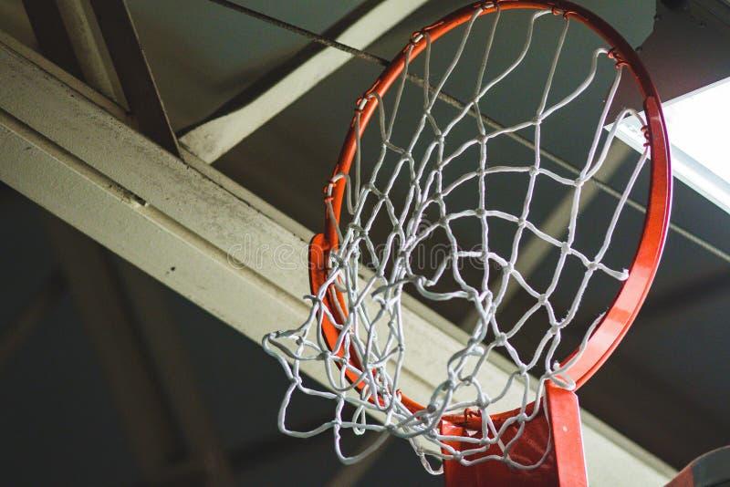 Στεφάνη και καθαρός καλαθοσφαίρισης που αποσύρονται επάνω για την αποθήκευση στοκ εικόνα