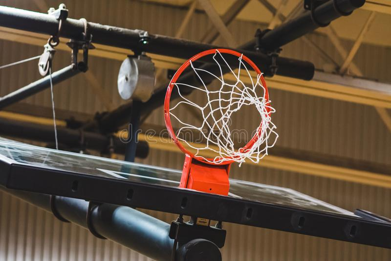 Στεφάνη και καθαρός ραχών καλαθοσφαίρισης που αποσύρονται επάνω για την αποθήκευση στοκ εικόνες