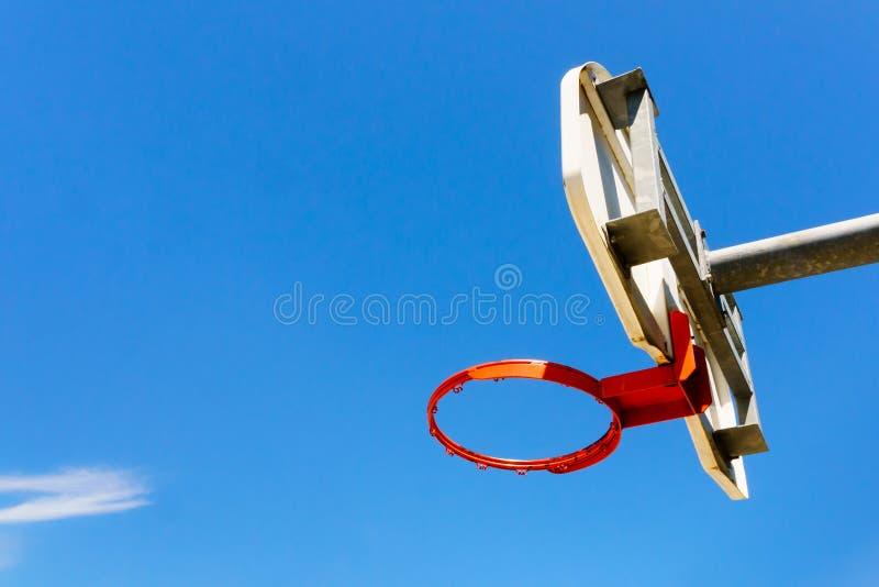 Στεφάνη και ράχη καλαθοσφαίρισης ενάντια στο μπλε ουρανό στοκ φωτογραφίες με δικαίωμα ελεύθερης χρήσης