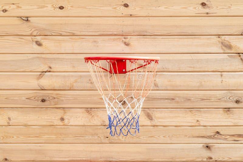 Στεφάνη καλαθοσφαίρισης που κρεμιέται στο ξύλινο υπόβαθρο πινάκων Παιδική χαρά στο κατώφλι του σπιτιού Αθλητικός εξοπλισμός για τ στοκ εικόνες