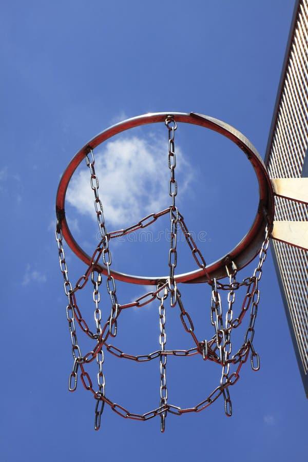 Στεφάνη καλαθοσφαίρισης σε έναν μπλε ουρανό στοκ φωτογραφία με δικαίωμα ελεύθερης χρήσης