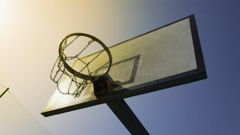 Στεφάνη καλαθοσφαίρισης στον ήλιο στοκ εικόνα