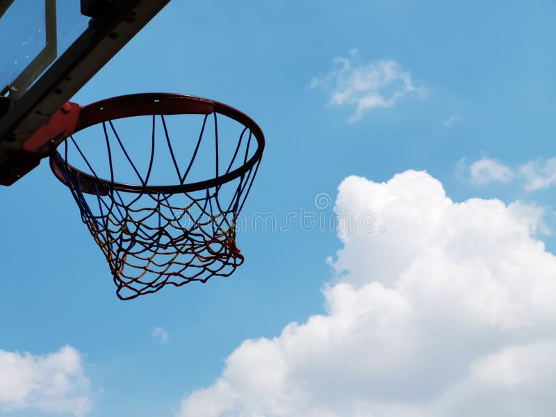 Στεφάνη καλαθοσφαίρισης υπαίθρια - κατώτατη άποψη στοκ φωτογραφίες με δικαίωμα ελεύθερης χρήσης