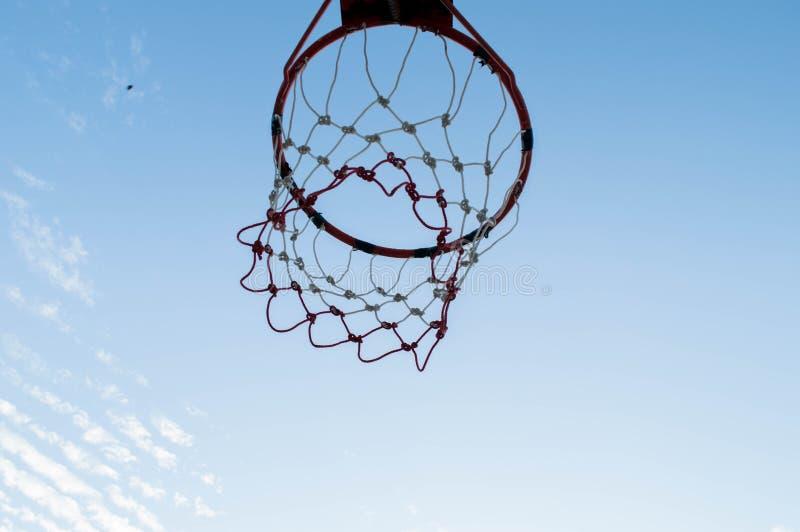 Στεφάνη καλαθοσφαίρισης στον ουρανό στοκ εικόνες