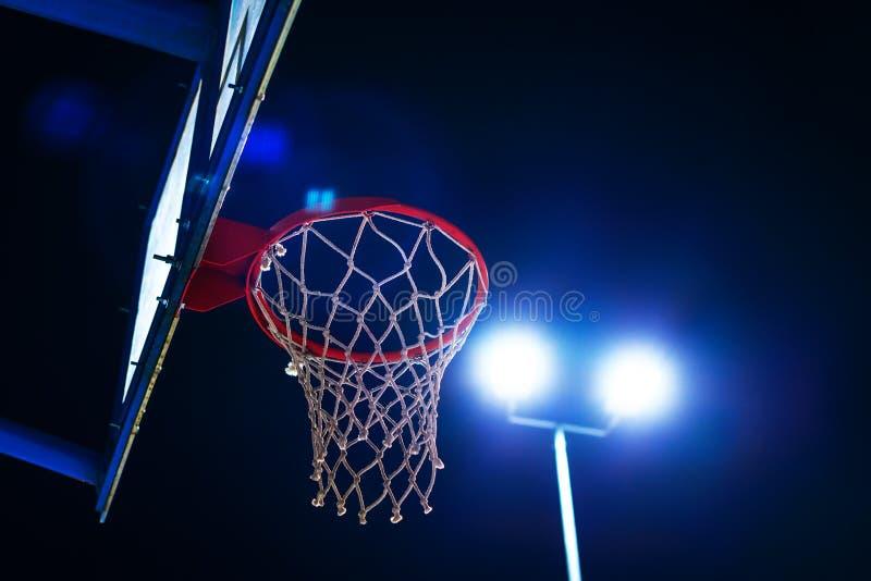 Στεφάνη καλαθοσφαίρισης στο υπαίθριο δικαστήριο τη νύχτα στοκ εικόνα
