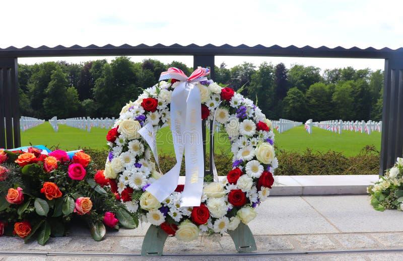 Στεφάνια στο λουξεμβούργια αμερικανικά νεκροταφείο και το μνημείο στοκ εικόνες