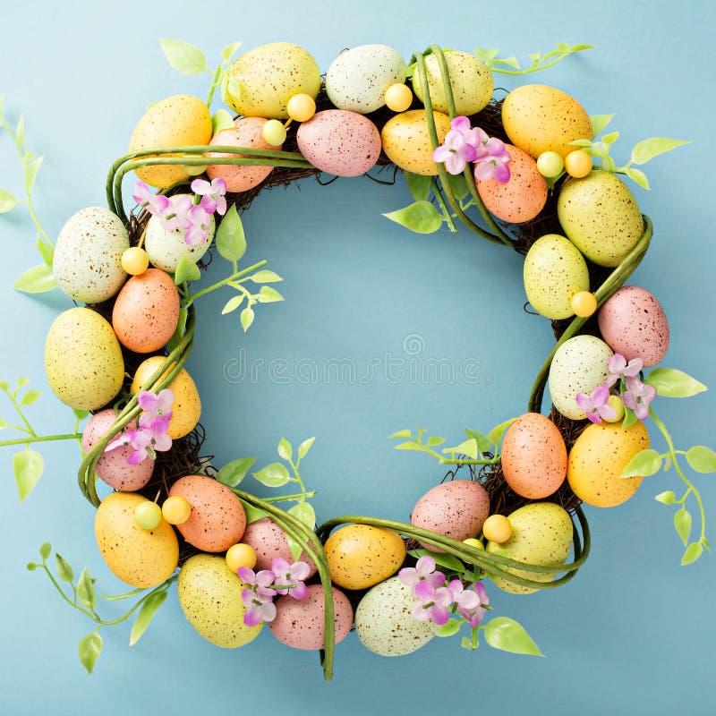Στεφάνι αυγών Πάσχας στο ανοικτό μπλε υπόβαθρο στοκ εικόνα