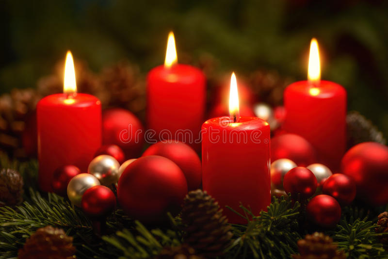Στεφάνι εμφάνισης με 4 καίγοντας κεριά στοκ εικόνες