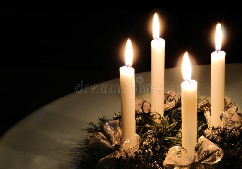 Στεφάνι εμφάνισης Χριστουγέννων με το κάψιμο των κεριών στοκ εικόνες
